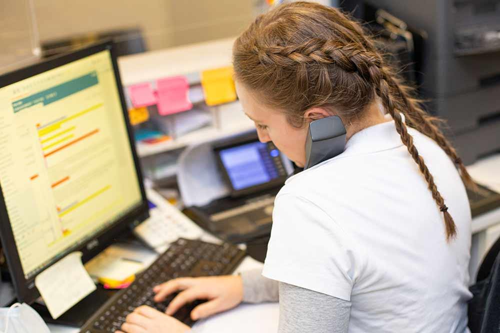 Mitarbeiterin am Telefon